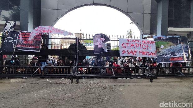 Massa suporter PSM Makassar menggeruduk kantor Gubernur Sulsel.