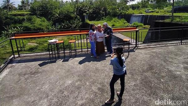 Di lokasi ini pengunjung bisa selfie dengan latar belakang sungai.