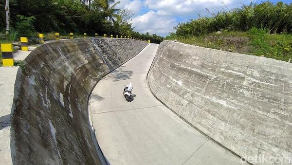 Untuk Sabo Dam yang baru ini lokasinya berjarak sekitar 700 meter dari Taman Sabo Dam Nglumut.