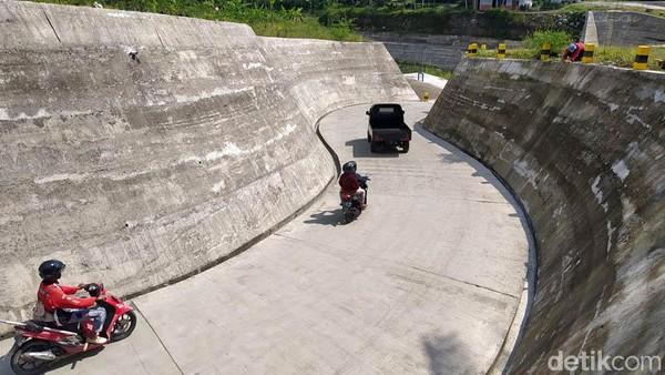 Jalan menuju sabo dam yang baru dibuat berkelok, kemudian saat berjalan seolah berada di lubang.
