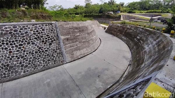 Keberadaan jalan berkelok di sabo dam yang baru inilah sempat viral di media sosial.