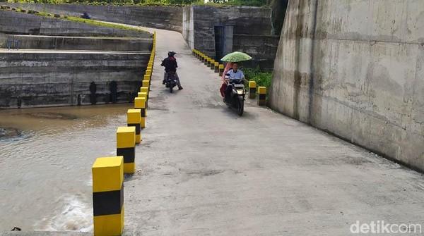Adapun Sabo Dam di Desa Nglumut ada dua, yang pertama dibangun sekitar tahun 2012. Kemudian, yang baru jadi pada Desember 2020.