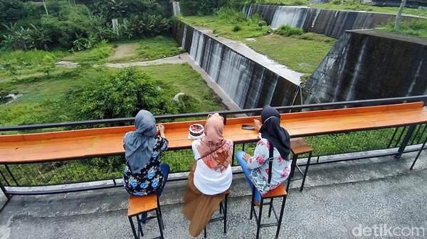 Bumdes Nglumut Sejahtera melakukan pengelolaan di Taman Sabo Dam Nglumut yang merupakan bangunan dam pertama. Untuk di lokasi ini ada gazebo dan taman. Selain itu, ada bangunan untuk panggung.