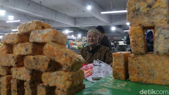 Buntut dari mogok produksi para pengrajin, tahu dan tempe hilang di pasaran, salah satunya di sejumlah lapak pedagang di Pasar Kosambi, Kota Bandung, Jawa Barat.