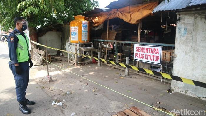 Pasar tiban dekat salah pabrik di jalan Mejobo, Kudus, Jumat (28/5/2021).