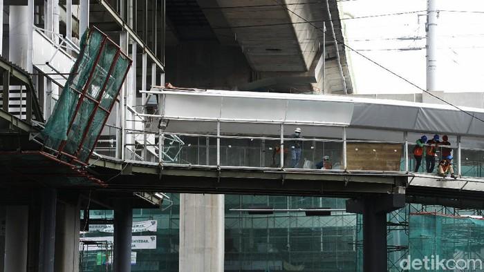 Proyek pembangunan jembatan layang atau skybridge untuk integrasi Halte Transjakarta CSW di Stasiun MRT ASEAN terus dikebut.