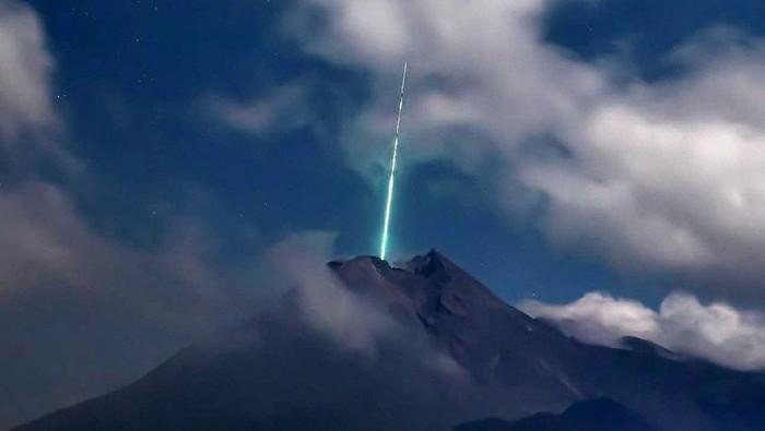 Media sosial Twitter dihebohkan dengan beredarnya foto kilatan cahaya yang disebut meteor jatuh di puncak Gunung Merapi. Seperti apa penampakannya?
