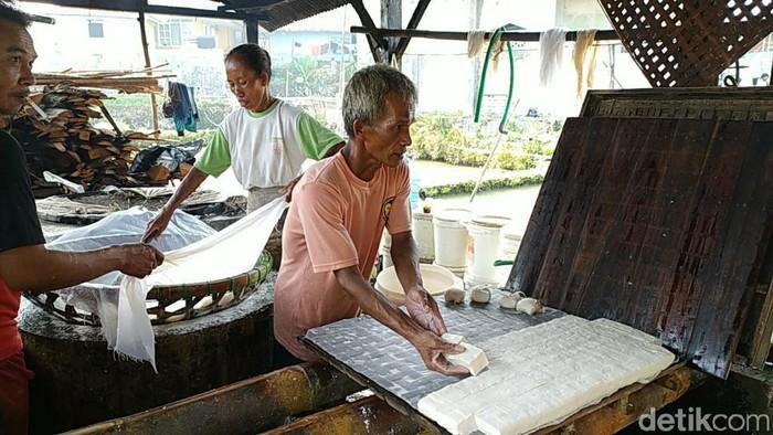 Perajin tahu dan tempe di Ciamis perkecil ukuran imbas mahalnya harga kedelai