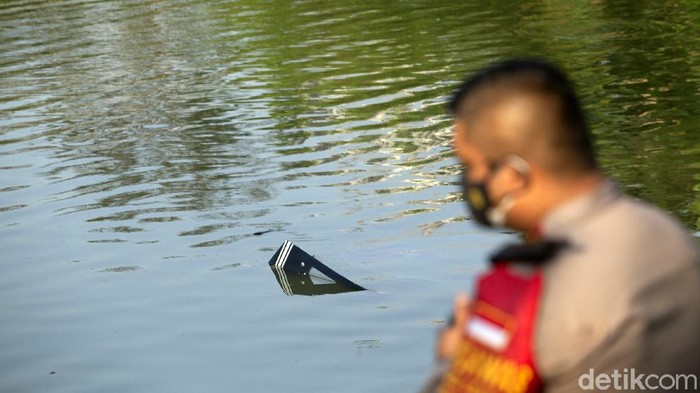 Sebuah pesawat latih jatuh di Danau Buperta, kawasan Cibubur, Kota Depok, Jawa Barat (Jabar). Pesawat ini belum dievakuasi.
