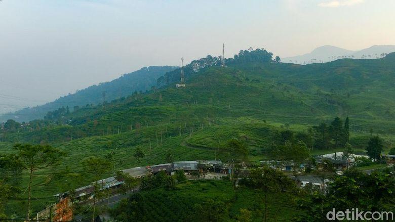 Kawasan Puncak Pass di Jawa Barat sangat sejuk di pagi hari. Hamparan bukit-bukit dan gunung elok dipandang.