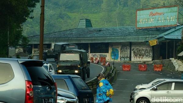 Beberapa pengunjung memarkirkan kendaraan di rest area dekat bekas Restoran Rindu Alam.