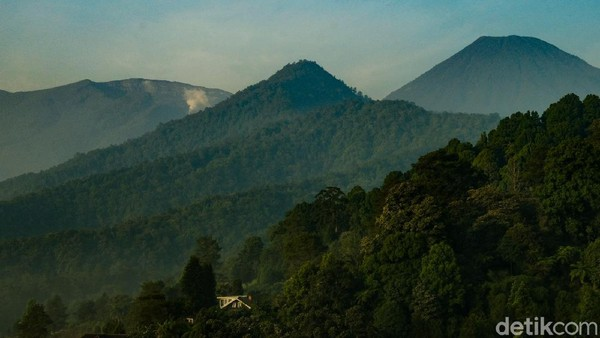Saat memasuki batas Kabupaten Bogor dan Kabupaten Cianjur, Gunung Gede (kiri) terlihat jelas dengan kawahnya. Begitu juga Gunung Pangrango yang menjulang tinggi.