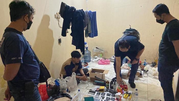 Polisi menggerebek pabrik rumahan ganja sintetis di Pandeglang, Banten.