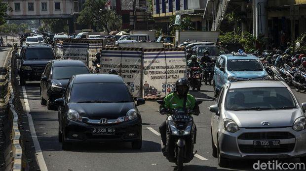 Begini kondisi proyek MRT Fase II di Kawasan Glodok, Jakarta, Jumat (28/5/2021). Proyek yang berada di tengah jalan ini kerap menimbulkan kemacetan.