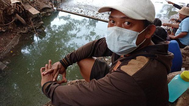 Saksi mata jatuhnya pesawat latih di Danau Cibubur, Alex Watimena. (Foto: Sachril/detikcom)