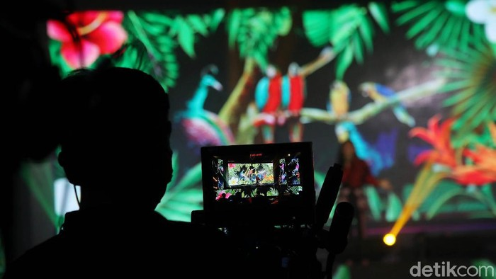 Menteri Pariwisata dan Ekonomi Kreatif Sandiaga Salahudin Uno bersama pelaku industri kreatif melakukan launching Apresiasi Kreasi Indonesia di kawasan Kementerian Parekraf, Jakarta Pusat, Jumat (28/5).
