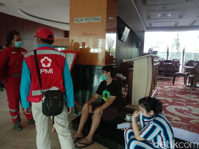 Seorang tamu hotel di Samarinda, Kaltim, terjebak di dalam lift saat terjadi gangguan listrik di Kota Samarinda. (Budi K/detikcom)