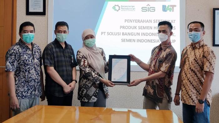 PT Semen Indonesia (Persero) Tbk (SIG) meluncurkan semen hidraulis tipe HE pertama di Indonesia. Produk terbaru itu telah lulus uji di Lembaga Sertifikasi Produk B4T Kemenperin.