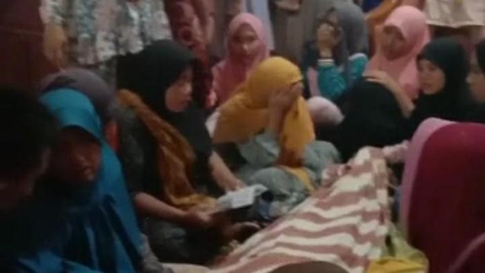 Siswi SMP di Sumenep meninggal beberapa jam usai dinikahkan secara siri. Sebelumnya, siswi tersebut pernah kabur dari rumah karena tidak mau dijodohkan.