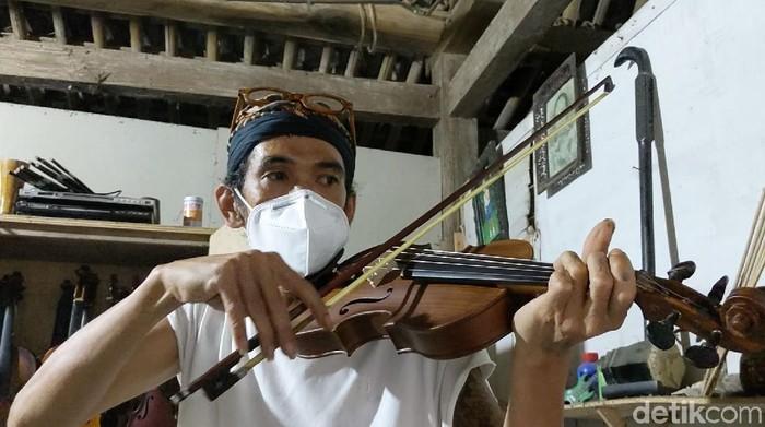 Meski dibuat dengan peralatan sederhana, biola produksi perajin dari Kulon Progo, Daerah Istimewa Yogyakarta (DIY) ini mampu menembus pasar internasional. Bagaimana kisahnya?