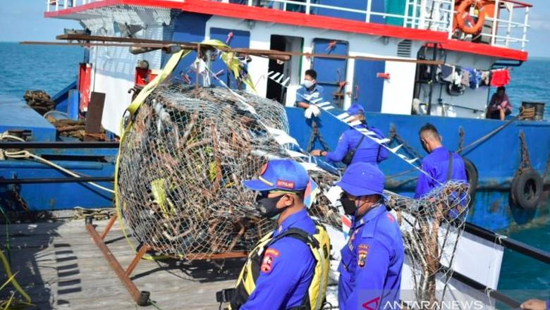 Kepolisian Daerah Kepulauan Bangka Belitung bersama Pemkab Bangka Tengah, melaksanakan penurunan rumpon atau penanaman terumbu karang di perairan Pulau Ketawai Kabupaten Bangka Tengah guna melestarikan ekosistem bawah laut wilayah itu, Rabu pagi.