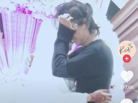 Viral kisah pria memeluk pengantin wanita di atas pelaminan.