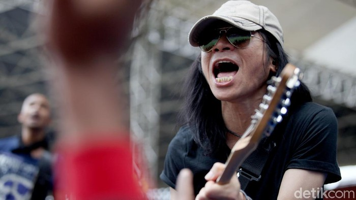 Aksi Panggung Abdee Slank saat konser May Day di Jakarta. Abdee Negara atau yang akrab disapa Abdee Slank didapuk menjadi komisaris Telkom.