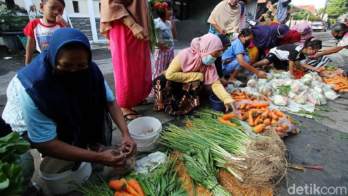 Relawan menggelar kegiatan Belanja Bayar Bebas (B3) dan bayar seikhlasnya di Kampung Mipitan, Mojo, Solo, Jawa Tengah, Sabtu (29/5). B3 hanya diselenggarakan setiap Sabtu.