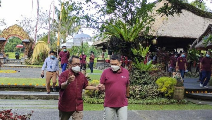 Kepala Bank Indonesia Perwakilan Bali Trisno Nugroho (kiri) berbincang dengan Corporate Secretary Bank Mandiri Rudi As Aturridha (kanan), seusai diskusi tentang kondisi perekonomian Bali, sepanjang pandemi Covid-19, pada acara Himbara Media Gathering, di Ubud, Jumat (28/5). Bank Indonesia Kantor Perwakilan Bali mendorong Bank Mandiri dan anggota Himbara untuk mempromosikan pariwisata serta menyalurkan kredit ke sektor UMKM dan pertanian  dalam memulihkan ekonomi Bali.