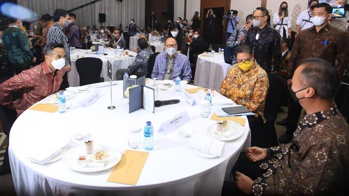 Calon Ketua Umum Kadin Indonesia Anindya Bakrie (kiri), Ketua Kadin Indonesia Rosan P Roeslani (kedua kiri), Menteri Koordinator Bidang Perekonomian Airlangga Hartarto (kedua kanan) dan Menteri Perindustrian Agus Gumiwang Kartasasmita (kanan) dalam acara Silaturahim Nasional Kadin Indonesia di Jakarta, Jumat 28 Mei 2021. Musyawarah Nasional atau Munas Kamar Dagang dan Industri Indonesia (Kadin) ke-VIII, rencananya akan digelar di Bali. Seluruh komponen masyarakat turut menyambut baik dan bersiap menyukseskan jalannya Munas Kadin VIII ini.
