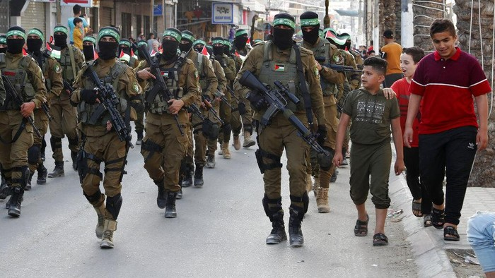 Ribuan petempur Hamas mengadakan parade militer di Jalur Gaza bagian selatan. Parade militer dilakukan setelah seminggu gencatan senjata dengan Israel.