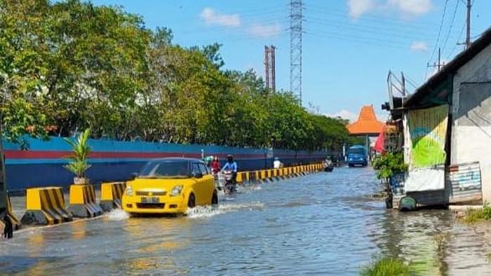 jalan kalimas surabaya diterjang banjir rob