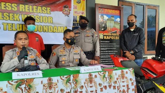 Kapolres Teluk Wondama bersama penyidik saat memberikan keterangan terkait dengan pelaku BSK yang melakukan pencurian dan pembakaran rumah tetangganya