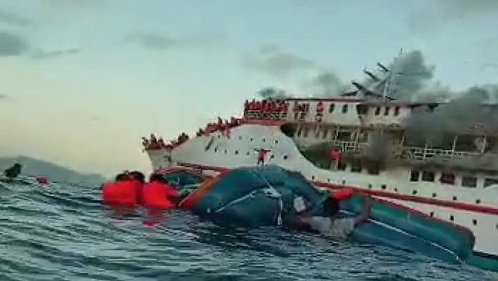 KM Karya Indah mengalami insiden kebakaran di tengah lautan Maluku Utara. Ada 181 orang penumpang di atas kapal tersebut (Screenshot video viral)