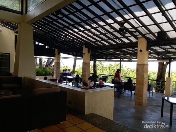 Restoran dimana pengunjung bisa menikmati welcome drink sekaligus pemandangan dari ketinggian