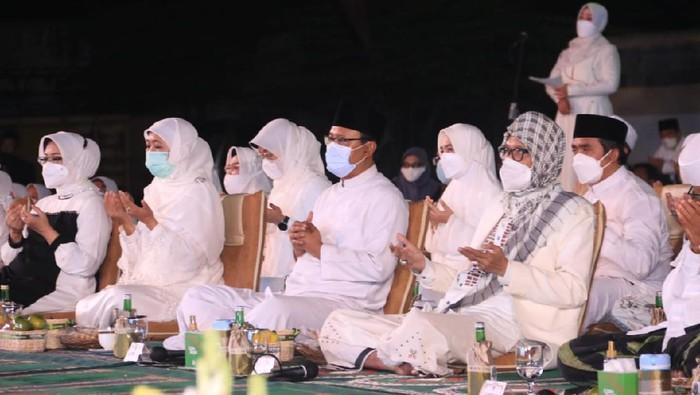 Pemprov Jatim dan Pemkot Pasuruan menggelar doa dan sholawat dari Indonesia untuk Palestina secara virtual. Acara ini disiarkan langsung dari tiga tempat sekaligus, yakni Kota Pasuruan, Solo, dan Mesir.