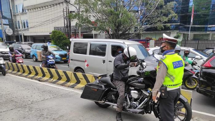 Pengendara moge ditilang polisi karena masuk Busway di Cideng, Jakarta Pusat.