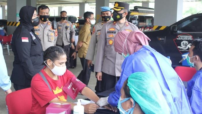 Polres Tangsel gelar vaksinasi COVID-19 kedua bagi mahasiswa Papua dan buruh.