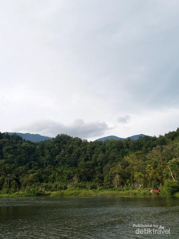 Danau Situ Gunung yang kerap dijadikan tempat piknik, mengitari danau dengan sampan atau juga berkemah.