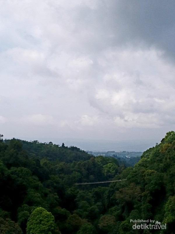 Pemandangan ciamik dari Situ Gunung Suspension Bridge.