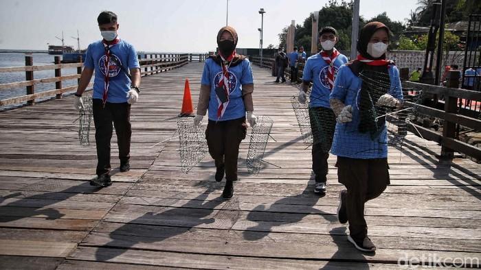 Tim dari Badan Karantina Ikan, Pegendalian Mutu dan Keamanan Hasil Perikanan (BUSKIPM KKP) melakukan kegiatan restorasi kerang hijau di kawasan laut Ancol Jakarta Utara, Jumat (29/5).