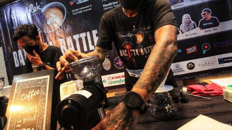 Para ahli pembuat minuman kopi (barista) terlihat serius mengikuti kompetisi Barista Battle di Tangerang Selatan, Sabtu (29/5/2021).