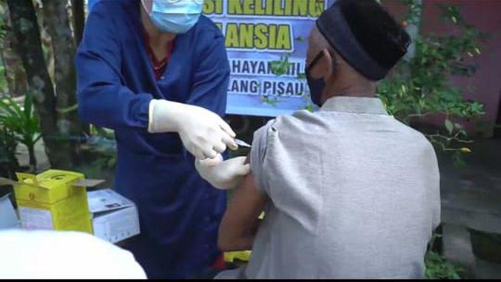 Vaksinasi COVID Door to Door Jangkau Puluhan Lansia di Pelosok Kalteng