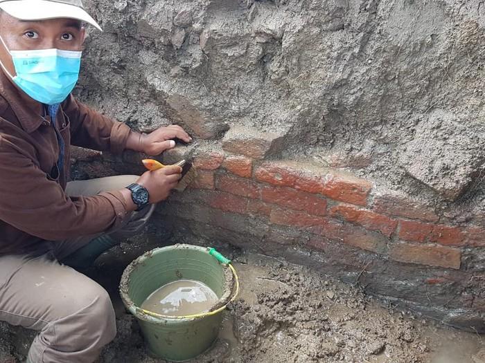 Arkeolog menemukan struktur bangunan di lokasi bata diduga candi di Indramayu