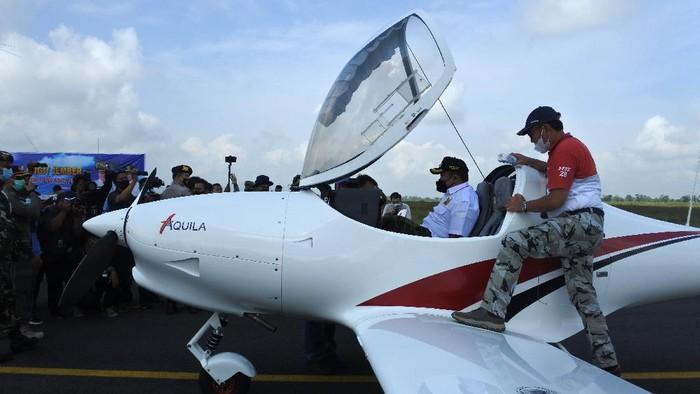 Pilot paramotor terbang di Bandara Notohadinegoro, Jember, Jawa Timur, Minggu (30/5/2021). Sebanyak 18 pesawat bermotor dan paramotor diterbangkan oleh Tim Garuda Terbang di langit Jember untuk mempromosikan Bandara Notohadinegoro yang saat ini mati suri karena tidak adanya penerbangan maskapai komersial. ANTARA FOTO/Seno/wsj.