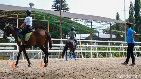 Di Pamulang Equestrian Centre, ada instruktur yang siap melatih Anda berkuda.