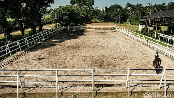 Pamulang Equestrian Centre sendiri adalah sekolah berkuda tertua di Indonesia yang didirikan Oetari Soehardjono tahun 1982.