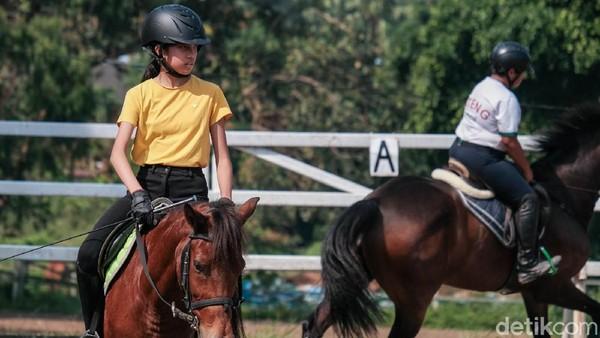 Menunggangi kuda juga termasuk anjuran Rasulullah SAW lho. Berkuda adalah olahraga yang dianjurkan Rasulullah selain berenang dan memanah.