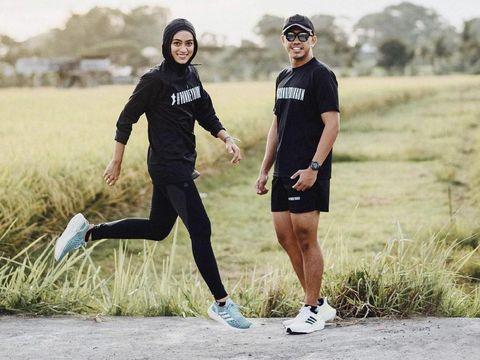 Foto Ayu dan suami sedang berolahraga.