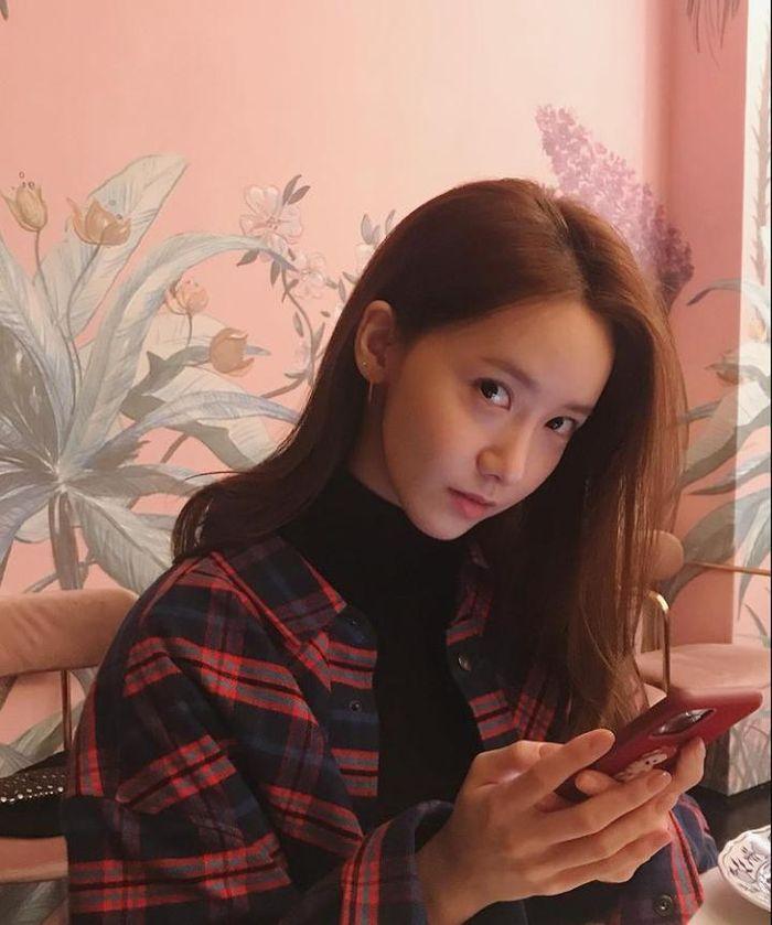 10 Pose Kece YoonA SNSD yang Awet Muda Saat Nongkrong di Kafe